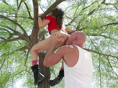 Riley Reid climbed up the tree and got her pussy eaten