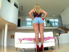 Kaylee Evans in a tight shorts demonstrates her round booty