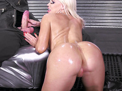 Big-butt bitch Nikki Delano sucks Danny's shlong